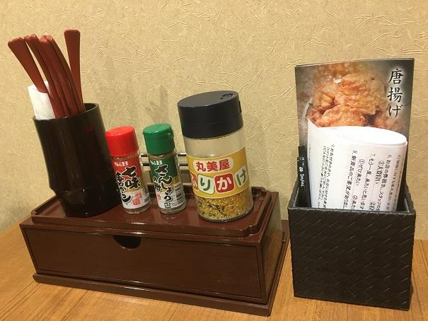 とり弁鶏-テーブル備え付けふりかけ七味山椒