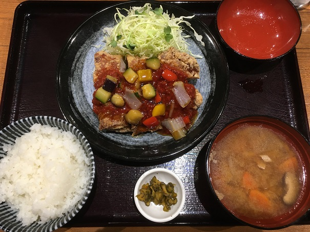 とり弁鶏-1枚唐揚げ彩り野菜の旨辛トマトソース定食