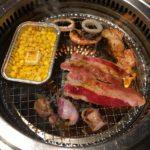 焼肉きんぐ-カルビ、ハラミ、鶏皮、海鮮、コーンを焼く
